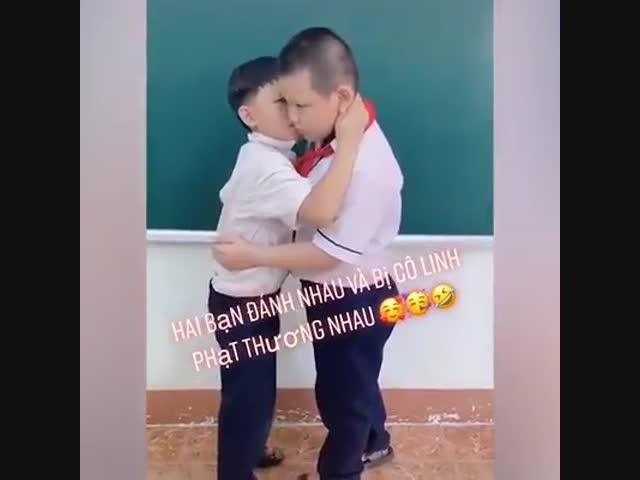 Hai bạn đánh nhau bị cô giáo phạt thương nhau