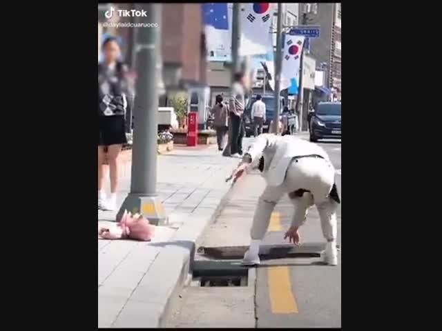 Ji Chang Wook lật tung nắp cống ra để cứu bé mèo