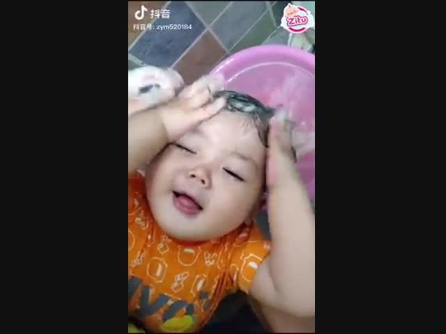Biểu cảm dễ thương của bé thích gội đầu