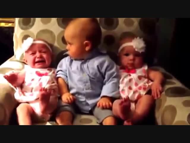 Vẻ mặt ngơ ngác khi bạn tự nhiên có hai cô em gái sinh đôi