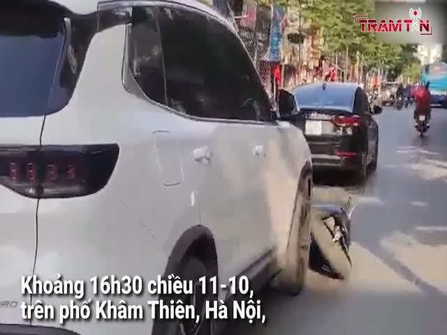 Tài xế ôtô say xỉn húc xe máy trượt dài hàng trăm mét, náo loạn đường phố