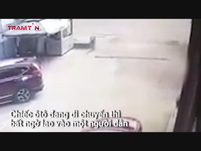 Nữ tài xế ấn nhầm chân ga hất tung người đi đường