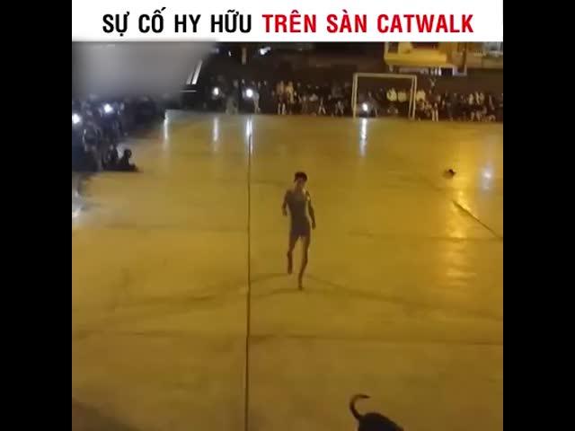 Sự cố hy hữu trên sàn catwalk