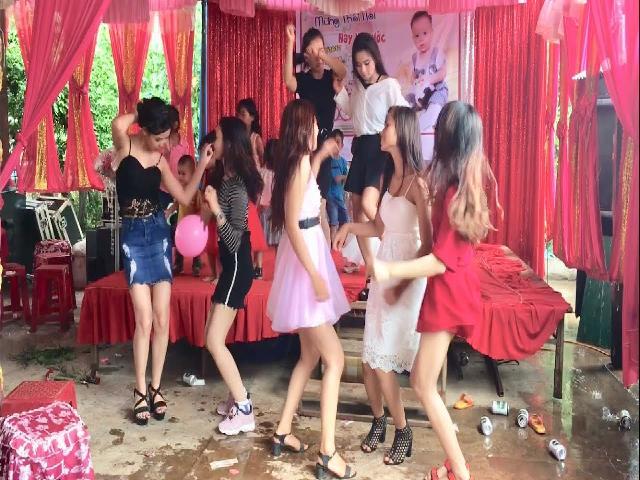 Màn song đấu giữa váy đỏ và váy hồng tại đám cưới  Video đặc sắc chọn lọc!  Video đặc sắc  | Coi cấm cười TV