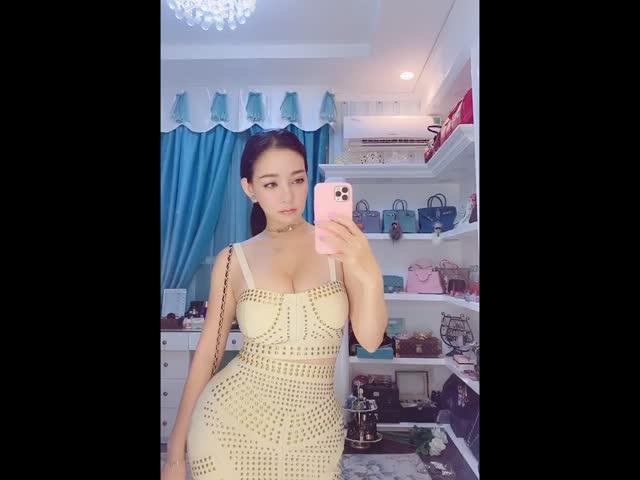 Người đẹp gốc Việt sở hữu body hồ lô ăn mặc cực gợi cảm