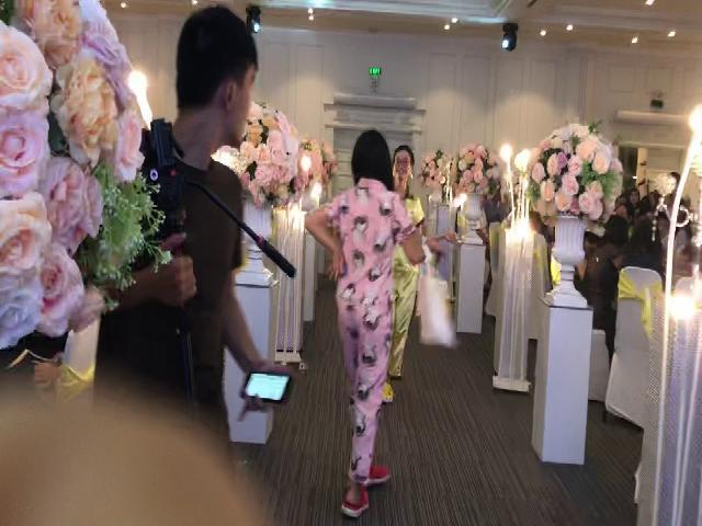 HahaTV | Hội bạn thân mỹ nhân của cô dâu quẩy tại đám cưới | Đố bạn không cười