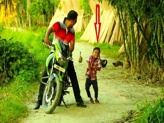 Coi cấm cười TV: Bế đúa trẻ xuống xe máy