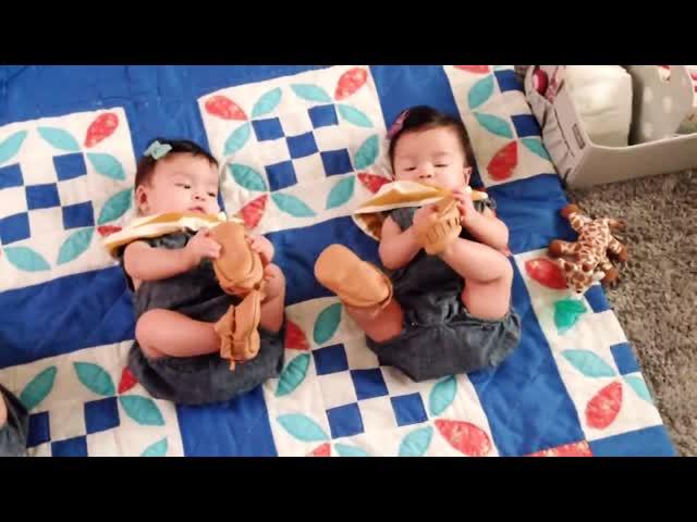 Cười mệt nghỉ với 2 bé sinh đôi hài hước