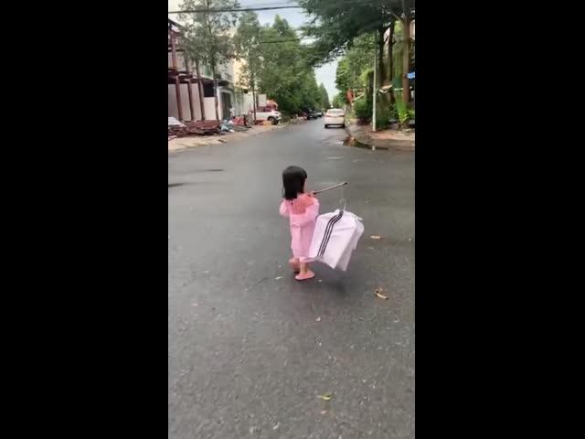 Netizen 'cười xỉu' với chiếc đèn lồng 'made in quần bố' của bé gái