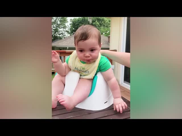Biểu cảm đáng yêu của bé khi lần đầu ăn chanh