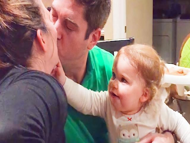 Trẻ ghen khi bố hôn mẹ  Phản ứng vui nhộn
