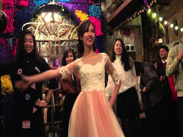 Em gái áo hồng làm xao xuyến cả đám cưới