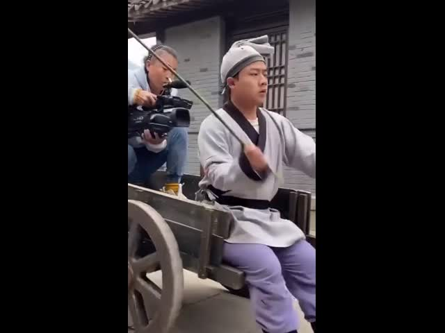 Những pha hài hước tại hậu trường phim cổ trang Trung Quốc